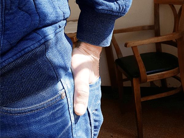 Hand in een broekzak