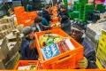pakketten-stapelen-kleurrijk-voedselbank-oranje