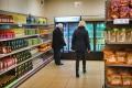 vrijwilligers-inspecteren-schappen-bij-voedselbankwinkel-Arnhem